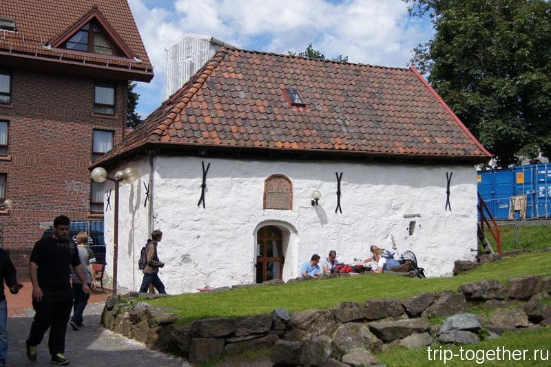 Это домик уже ближе к замку, достопримечательности Бергена