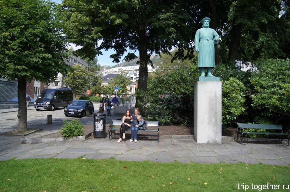 Мы рядом с памятником историку Бергена