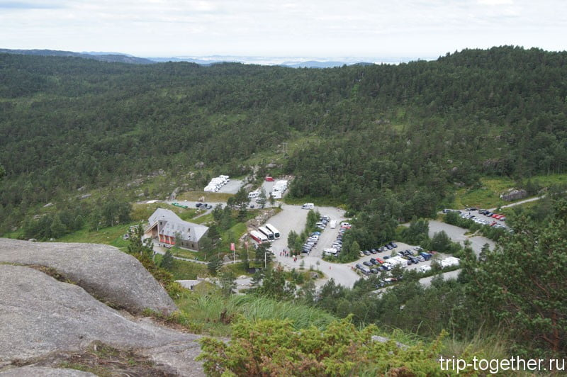 Вид на парковку с горы Прекестулен