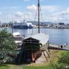 Осло. Корабль на берегу музейного острова. панорама города.