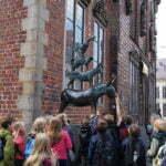 Немецкие школьники у статуи Бременских музыкантов