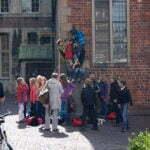 Немецкие школьники вокруг статуи Бременских музыкантов