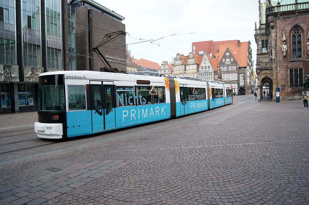Бременский трамвай с рекламой дешевого магазина