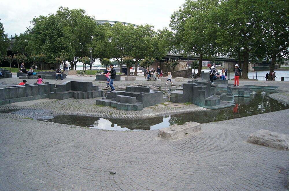 Детская площадка на набережной Кельна