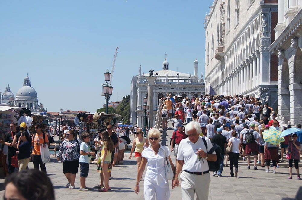 Толпы на набережной в Венеции в июле