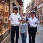Паша в кепке с надписью Аврора с полицейскими Венеции