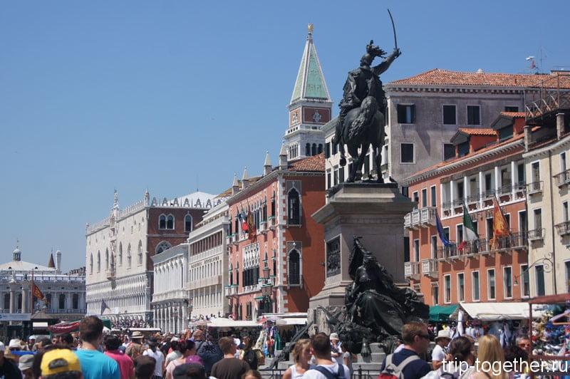Жуткая толпа народа на набережной в Венеции
