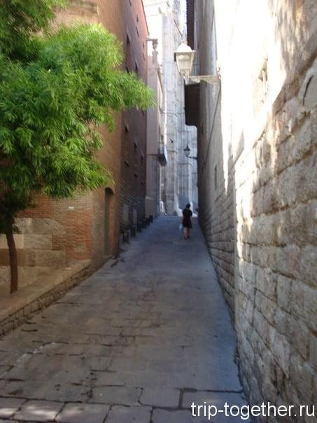 Узкая улочка в готическом квартале