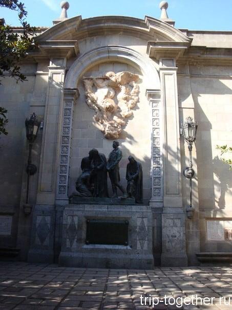 Скульптурная композиция недалеко от Ла Сеу