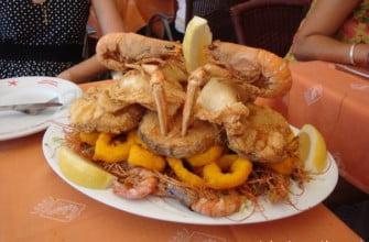 Рыбное блюдо на набережной в Барселоне