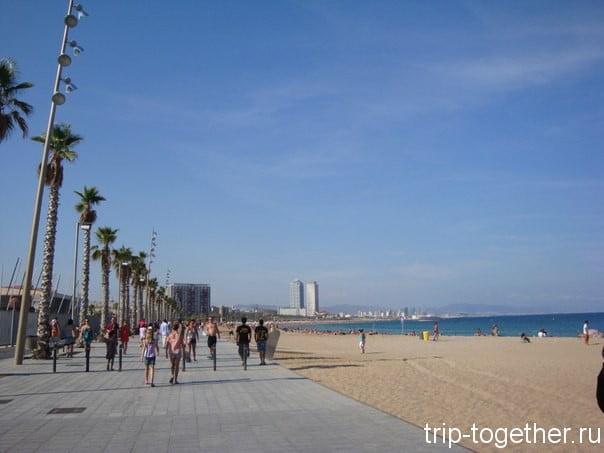 Променад вдоль пляжа Сант Себастиа (Sant Sebastiá) в Барселоне