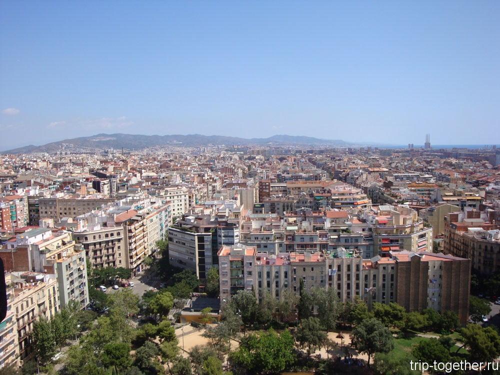 Вид с башни собора Саграда Фамилия на Барселону