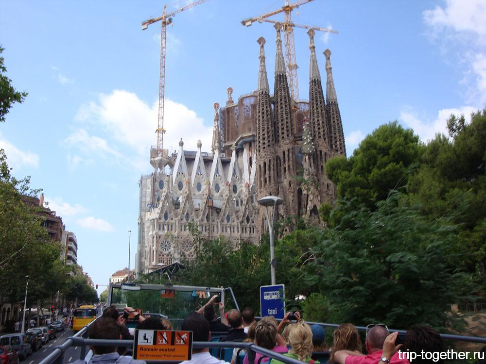 Вид с туристического автобуса. Собор Саграда-Фамилия в Барселоне