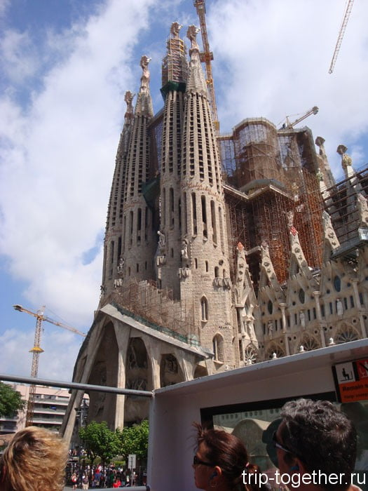 Вид с туристического автобуса. Собор Саграда Фамилия в Барселоне