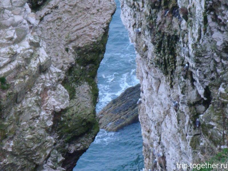Бурное море в расщелине скал