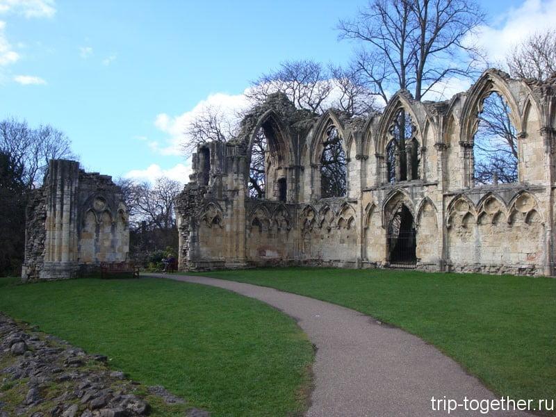 Развалины бенидиктинского аббатства св. Марии в музейных садах