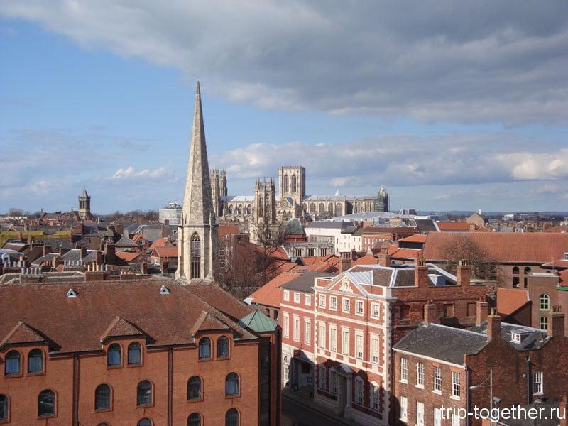 Там вдали, светлой массой возвышается Йоркский собор