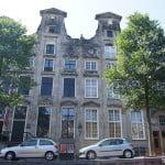 Старинные дома срельсами в Амстердаме