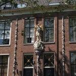 Фигура на одном из домов Амстердама