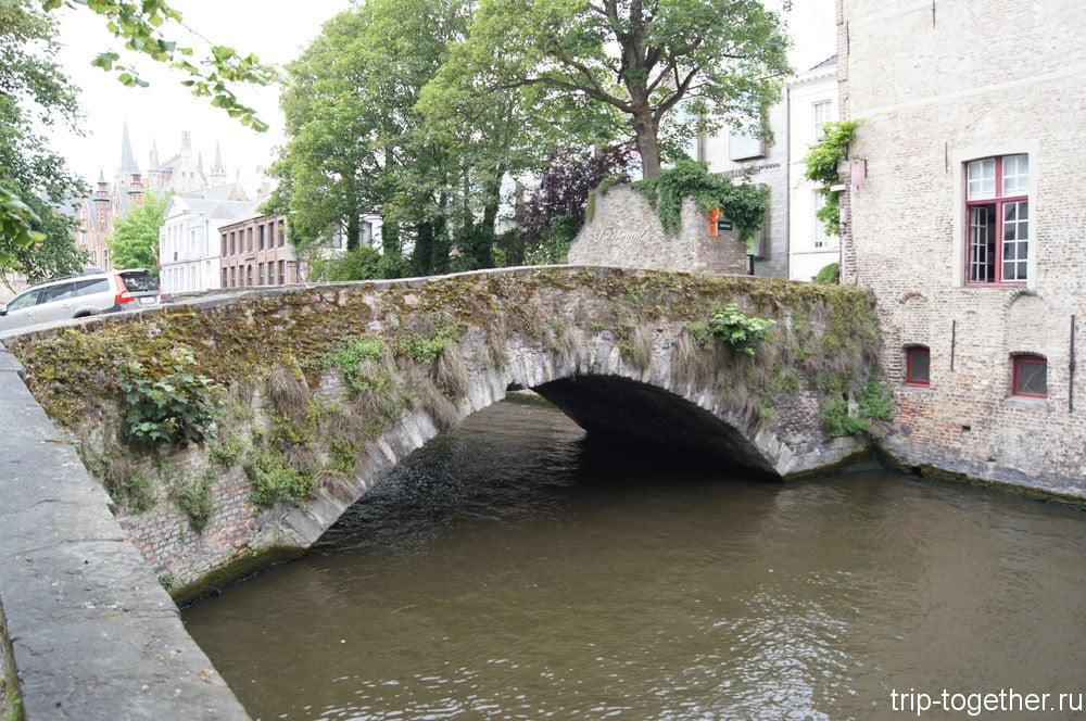 Старинный мост в Брюгге, весь поросший зеленью