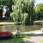 Лидия на фоне канала в Эдаме