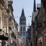 Продолжение улицы после ворот с часами, вдали Руанский собор