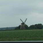 Мельница у дороги в Нидерландах