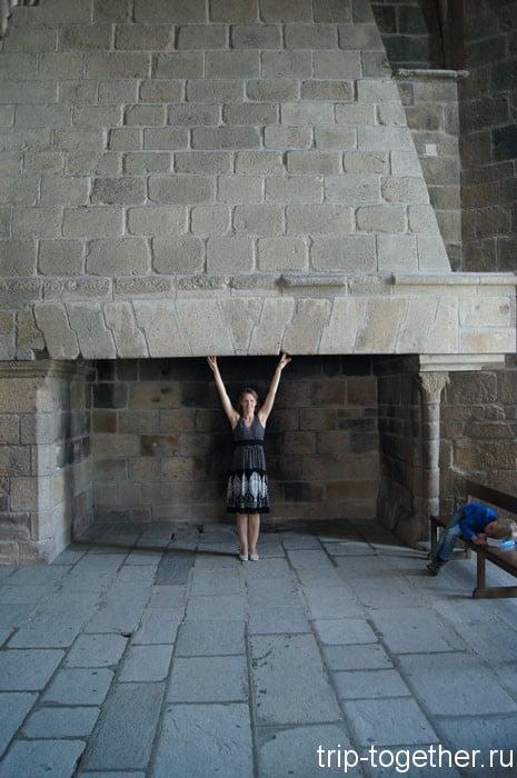 Огромный камин аббатства, через трубу видно небо