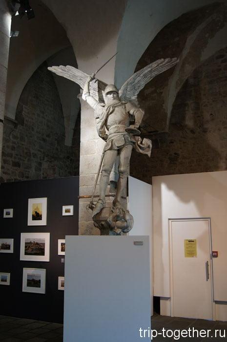 Святой Михаил в сувенирном магазинчике