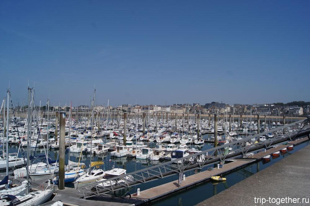 Огромное количество яхт в Сен Мало