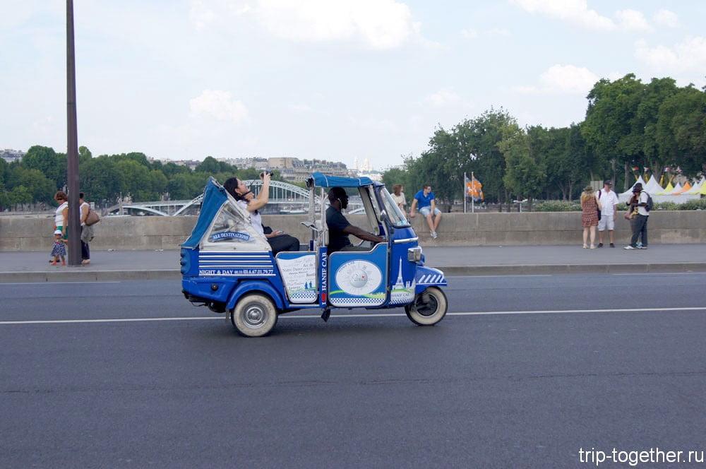 Кататься по Парижу можно и в таком экскурсионном транспорте