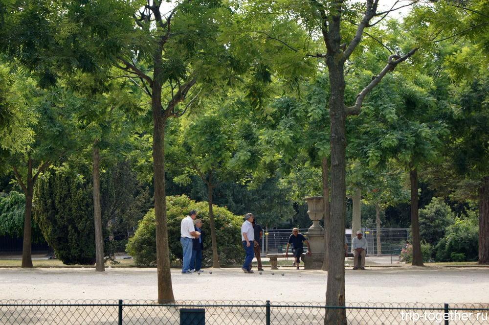 Игра в петанг в парке рядом с Эйфелевой башней