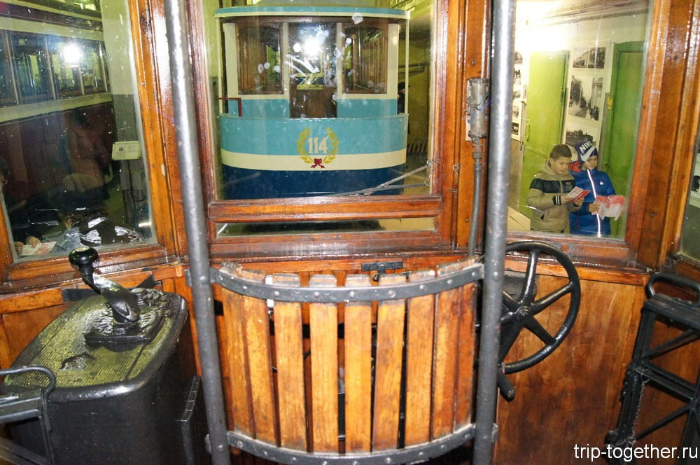 Кабина вагоновожатого в первом трамвае Санкт-Петербурга
