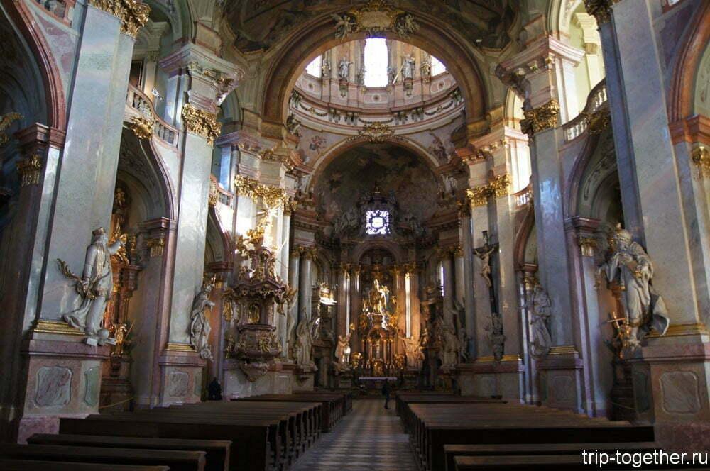 Интерьер церкви Святого Микулаша на Мала Стране