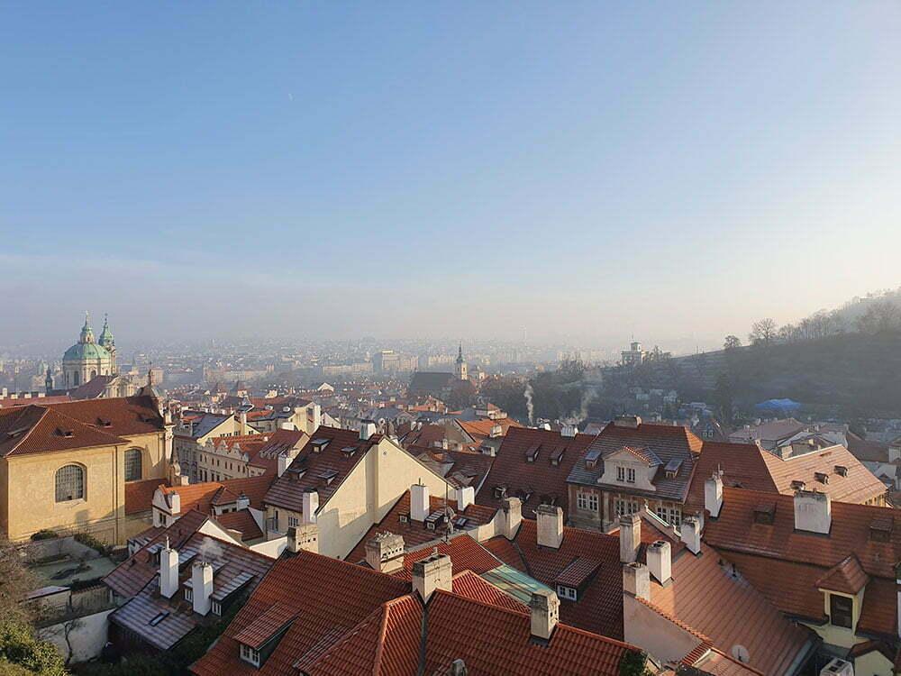 Вид на Прагу со смотровой площадки на Градчанской площади