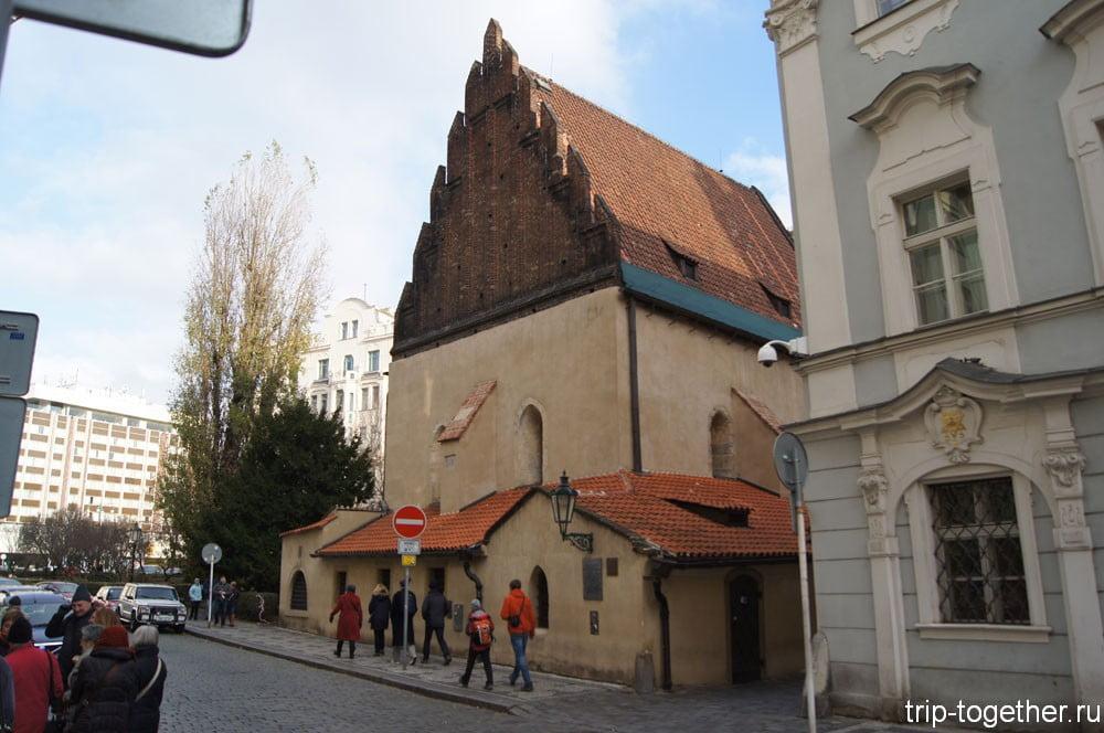 Старонова синагога с другой стороны
