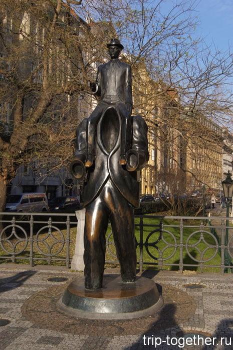 Памятник Францу Кафке в еврейском квартале Праги
