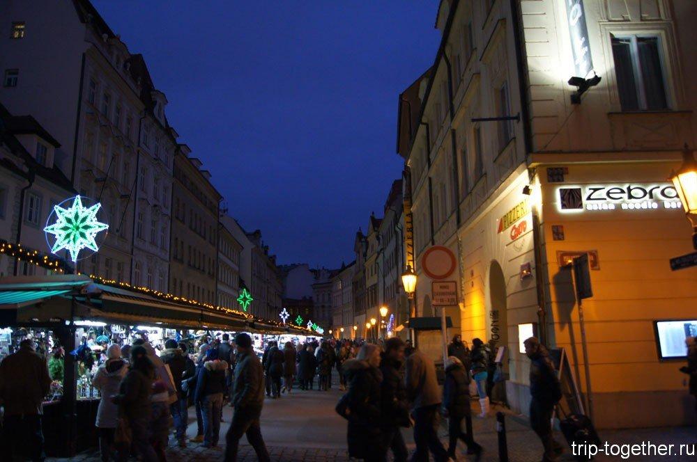 Торговые ряды на рождественской ярмарке в Праге