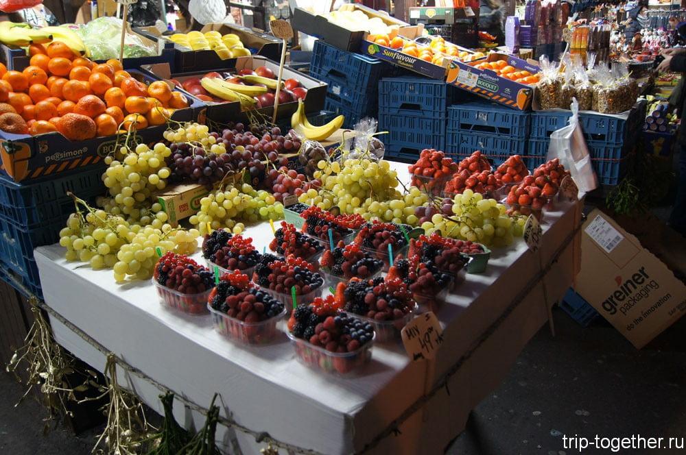 Ягоды и фрукты на рождественской ярмарке в Праге
