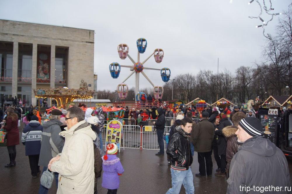 Детские каруселина рождественской ярмарке в Санкт-Петербурге