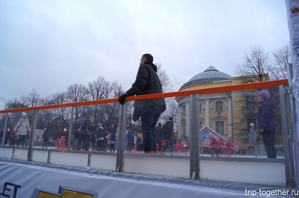 Каток на рождественской ярмарке в Санкт-Петербурге