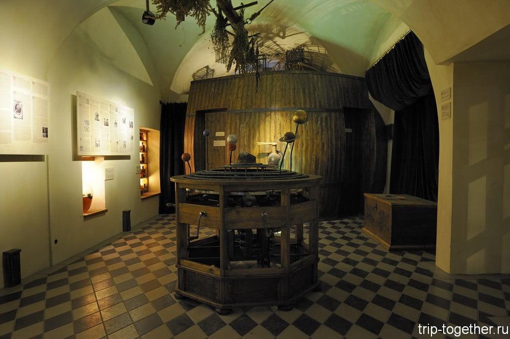 Туалет в музее алхимиков, декорированный под бочонок