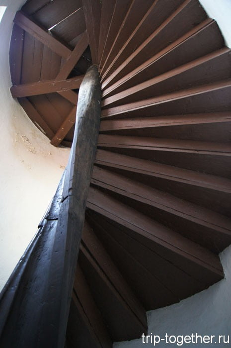 Лестница, ведущая в алхимическую лабораторию на чердаке