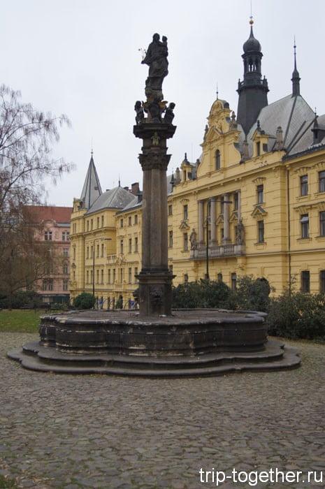 Чумной столб рядом с ратушей