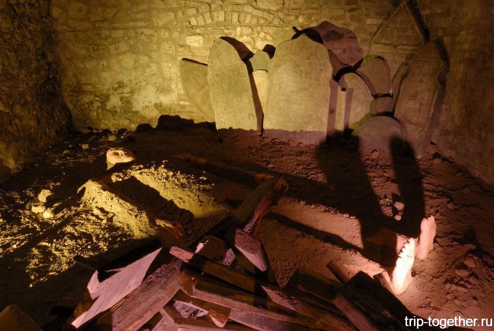 Голем на старом еврейском кладбище