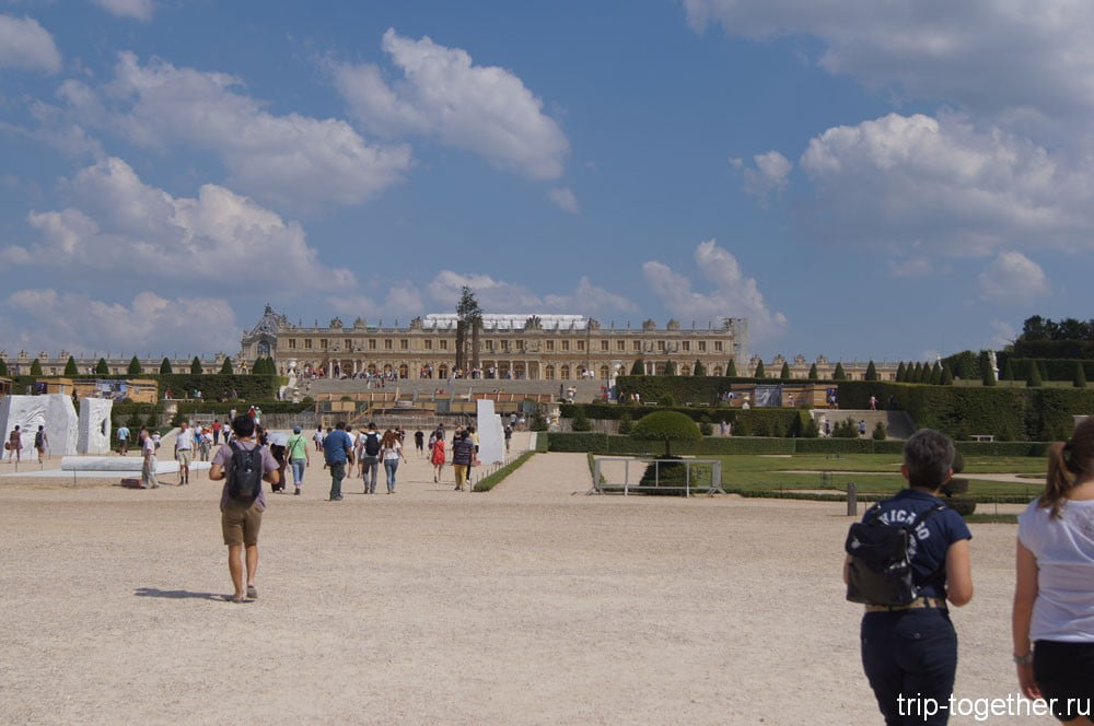 Вид на дворец Версаль из парка