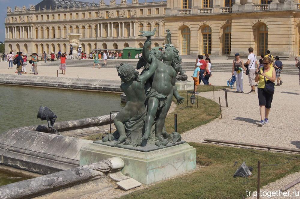 Скульптура у бассейна рядом с дворцом