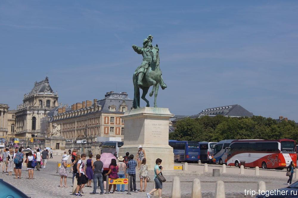Памятник Людовику XIV - королю Солнце перед Версальским дворцом