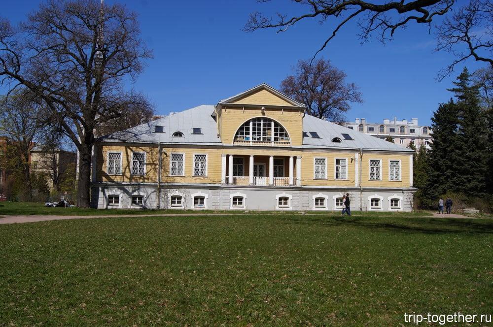 Здание в парке ботанического сада
