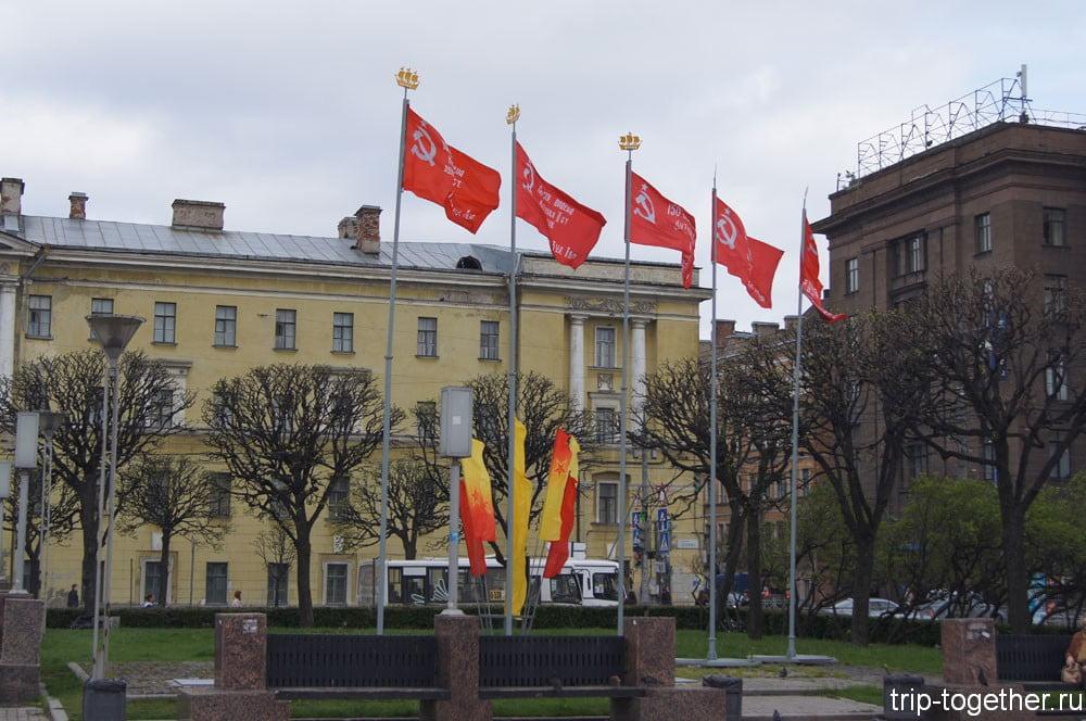 Флаги на площади по случаю первомая и дня Победы